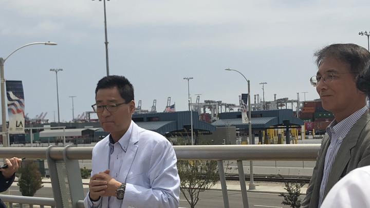 ロサンゼルス港、ロングビーチ港見学中に力説するスティーブ斉藤氏