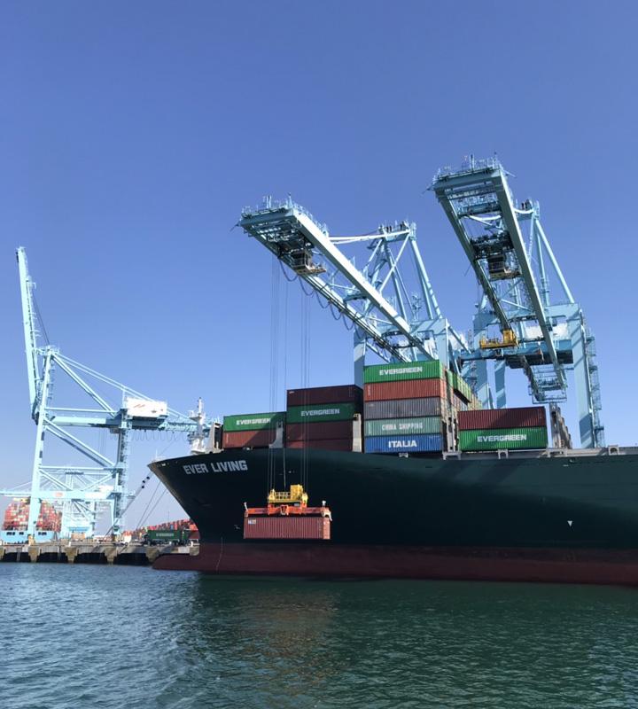 ロサンゼルス港 コンテナ船 荷降ろし ガントリークレーン
